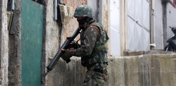 21,ago.2018 - Militares fazem operação pelo 2º dia seguido na Penha, zona norte do Rio - César Sales/Futura Press/Estadão Conteúdo