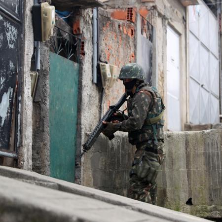 21.ago.2018 - Militar em operação no Complexo da Penha - César Sales/Futura Press/Estadão Conteúdo