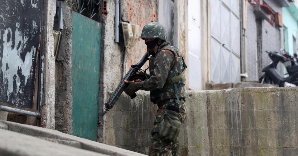 21.ago.2018 - Militares fazem operação pelo segundo dia seguido no Complexo da Penha, no Rio