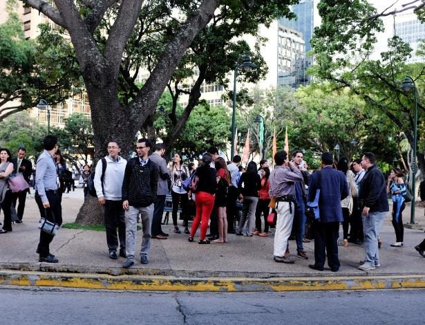 21.ago.18 - Pessoas deixam prédio em Caracas, após terremoto de 7.3 graus atingir o país - Marco Bello/Reuters