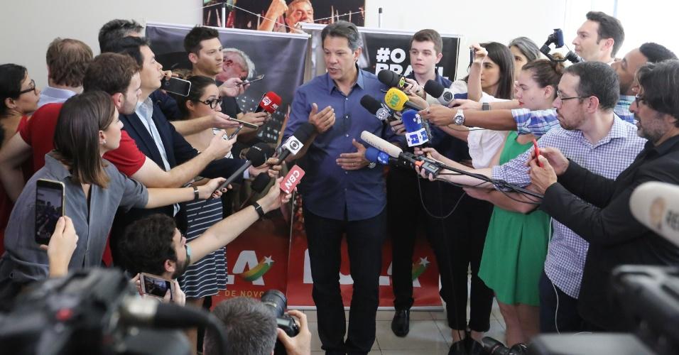 3.out.2018 - O candidato do PT à Presidência da República, Fernando Haddad, fala aos jornalistas durante entrevista coletiva realizada em São Paulo, nesta quarta-feira