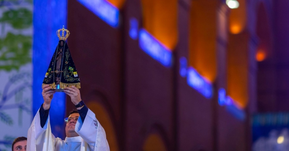 """""""As famílias se separam, os partidos políticos se separam, mas Nossa Senhora traz a mensagem da unidade"""", disse o padre João Batista de Almeida em sua homilia. As declarações do padre vêm em um contexto de acirramento dos ânimos, com casos de violência motivada por divergência política se espalhando pelo país"""