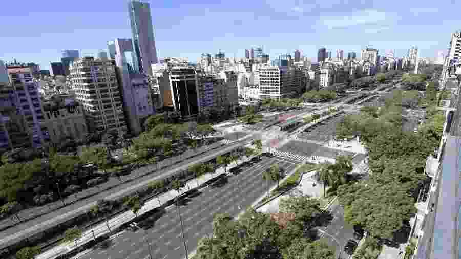 Vista aérea da avenida 9 de Julho, uma das principais de Buenos Aires, durante uma greve de transportes em abril de 2007 - JUAN MABROMATA/AFP