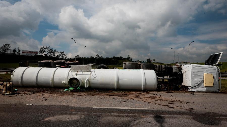21.fev.2019 - O caminhão transportava ácido clorídrico que vazou na pista - FELIPE RAU/ESTADÃO CONTEÚDO
