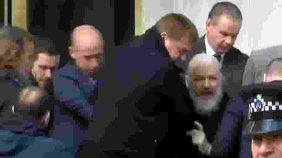 O fundador do Wikileaks, o australiano Julian Assange, 47, foi preso na embaixada do Equador em Londres, onde estava refugiado há sete anos - Reprodução/Ruptly