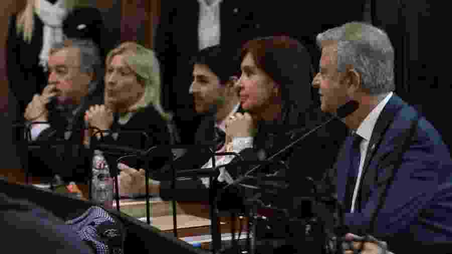 A ex-presidente da Argentina, Cristina Kirchner, no Tribunal Federal de Comodoro Py, em Buenos Aires, nesta terça-feira (21). Ela enfrenta o banco dos réus pela primeira. Na audiência, que começou por volta das 12h (horário de Brasília), Cristina responderá a acusações de corrupção em contratos durante o período em que esteve no poder, de 2007 a 2015 - ESTADÃO CONTEÚDO