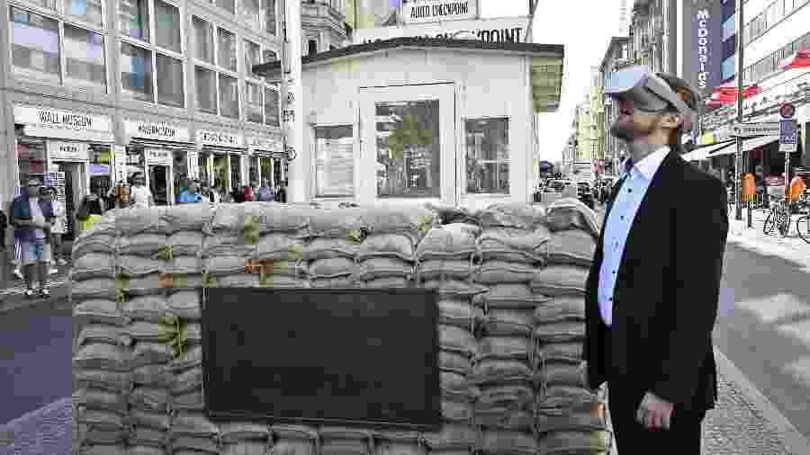 Jonas Rothe, fundador e CEO da Timeride, uma companhia alemã que oferece um tour em realidade virtual pela Berlim Oriental de 1980 - Tobias Schwarz/AFP