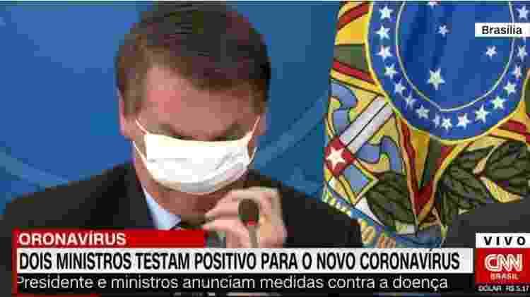 Jair Bolsonaro (sem partido) tenta arrumar máscara em coletiva sobre o coronavírus - Reprodução/CNNBrasil - Reprodução/CNNBrasil