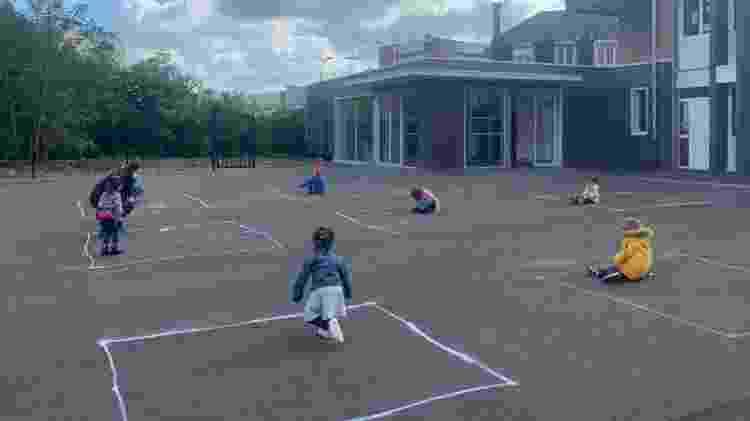 Em volta às aulas na França, pré-escola desenhou quadrados de giz no chão para manter isolamento entre as crianças em meio à pandemia de coronavírus - Reprodução/Lionel Top/BFM TV - Reprodução/Lionel Top/BFM TV