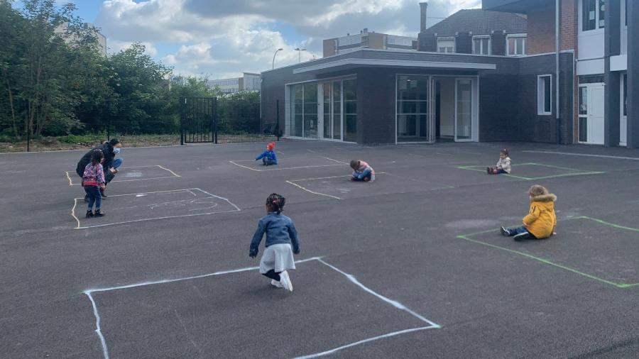 Em volta às aulas na França, pré-escola desenhou quadrados de giz no chão para manter isolamento entre as crianças em meio à pandemia de coronavírus - Reprodução/Lionel Top/BFM TV