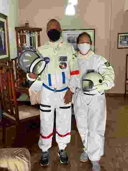 Tércio e Alícea Lima se vestem de astronautas para sair às ruas do Rio com mais segurança durante a pandemia da covid-19 - Arquivo pessoal