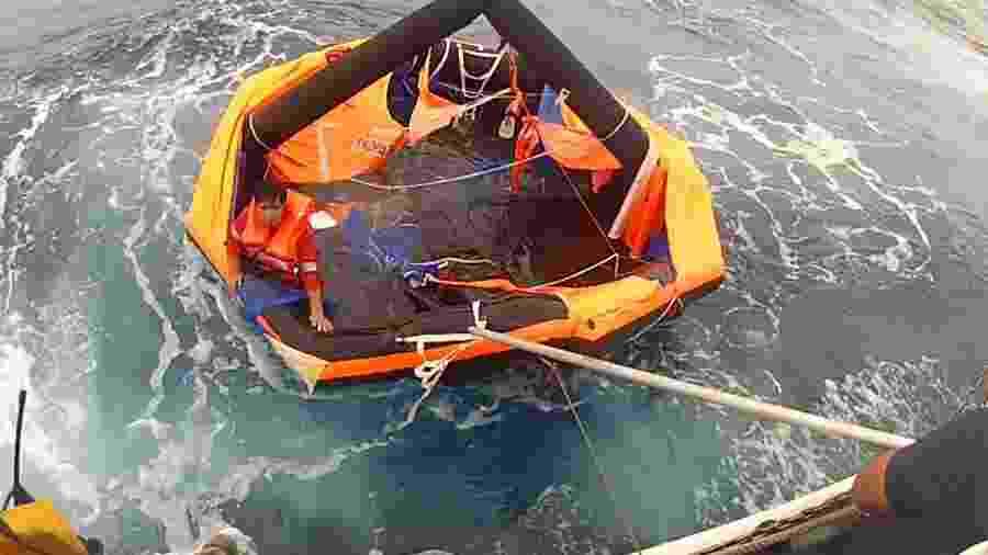 Filipino é encontrado pela Guarda Costeira do Japão em um bote salva-vidas - AFP