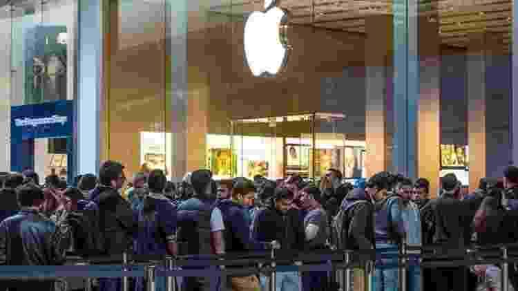 É comum as pessoas acamparem na fila antes do lançamento de produtos da Apple ? pulseiras numeradas marcam seu lugar, sendo possível sair por até uma hora nos intervalos das refeições - Alamy - Alamy