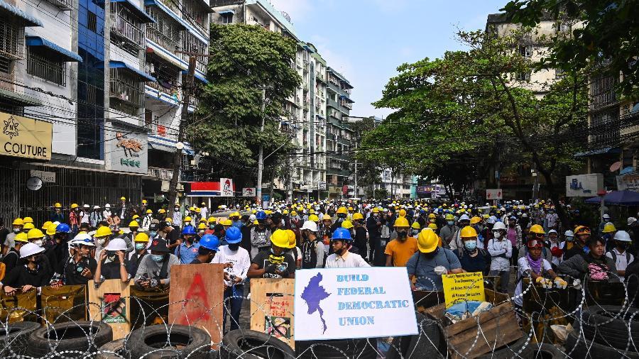 3.mar.2021 - Manifestantes atrás de barricadas durante ato contra golpe militar em Yangon, Mianmar - STR/AFP