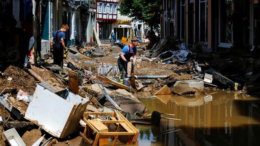 Equipe de resgate trabalham em área danificada por enchentes em Bad Muenstereifel, na Alemanha - Thilo Schmuelgen/Reuters
