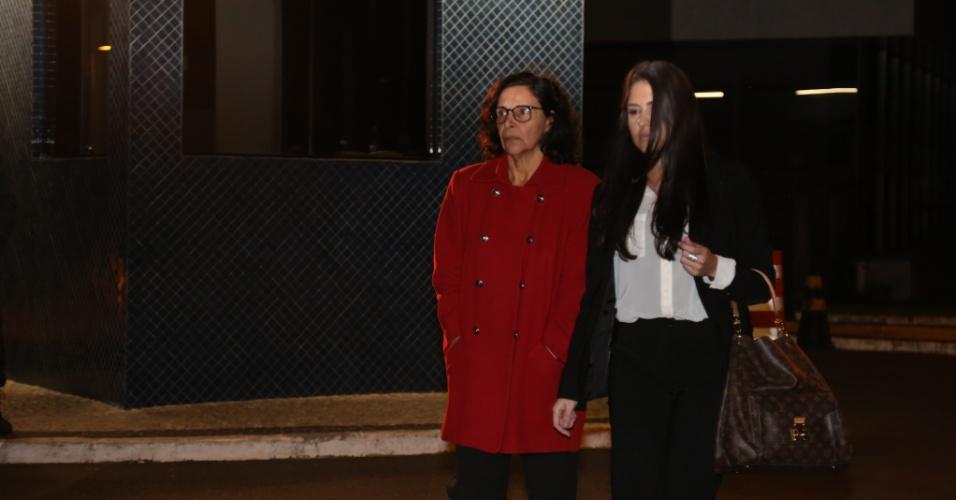 23.jun.2015 - Christina Maria da Silva Jorge (à esq), ligada à Odebrecht, que foi presa da 14ª fase da Operação Lava Jato, deixa a sede da Policia Federal em Curitiba, acompanhada de sua advogada, após ser liberada pelo Juiz Sérgio Moro na noite desta terça-feira (23)