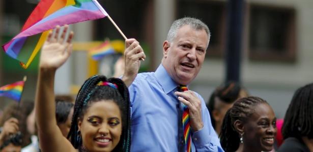 O prefeito de Nova York, Bill de Blasio, segura uma bandeira com as cores do arco-íris ao lado da mulher, Chirlane, e da filha, Chiara, durante Parada do Orgulho Gay da cidade - 28.jun.2015 - Eduardo Munoz/Reuters