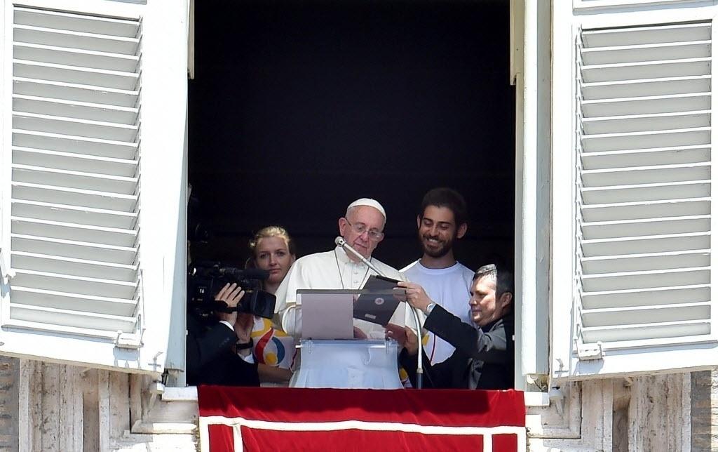26.jul.2015 - O papa Francisco usou um tablet neste domingo (26) diante dos fiéis que assistiam à oração do Ângelus para abrir as inscrições da Jornada Mundial da Juventude (JMJ) da Cracóvia, na Polônia, em 2016.