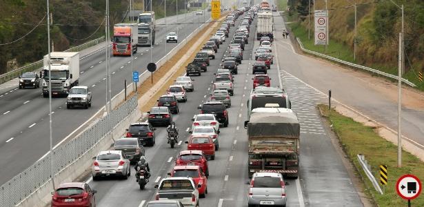 Motoristas na rodovia Fernão Dias, na região de Atibaia (SP)
