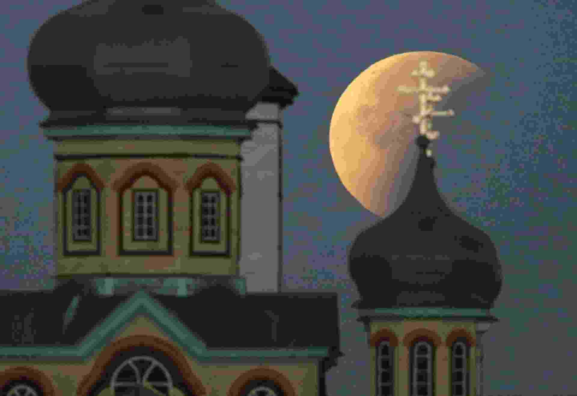 28.set.2015 - A Superlua durante o eclipse em Turets, Belarus. A combinação de fenômenos, que não ocorria desde 1982, só voltará a acontecer em 2033 - Tatyana Zenkovich/EFE/EPA