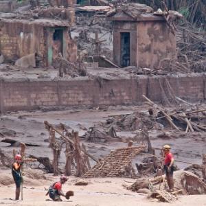 Agentes do Corpo de Bombeiros e da Defesa Civil retomaram, neste sábado, a busca por vítimas  atingidas pelo rompimento das barragens em MG - Márcio Fernandes/Estadão Conteúdo