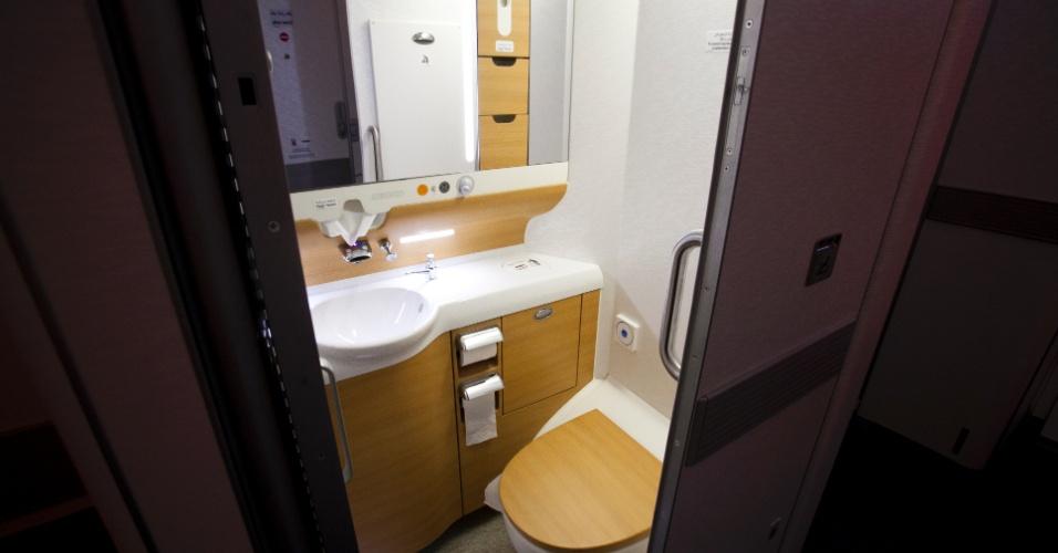 O banheiro da classe econômica do A380 da Emirates