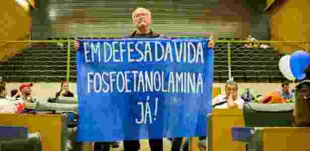 Paulo Simonic protesta por distribuição de fosfoetanolamina sintética na Alesp em dezembro - Marcus Leoni/Folhapress