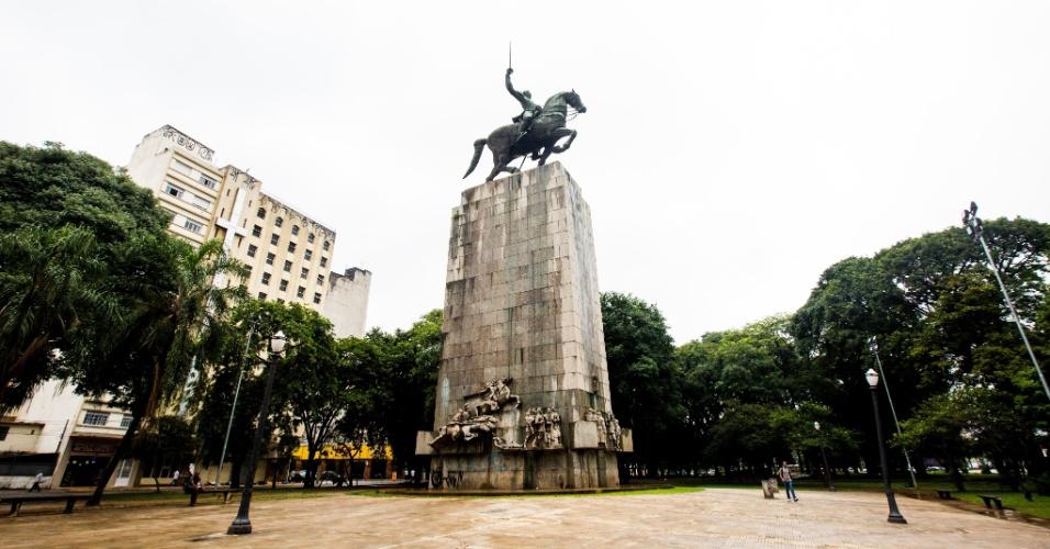 20.jan.2016 - MONUMENTO AO DUQUE DE CAXIAS - A obra é uma homenagem ao patrono do exército brasileiro e é considerada como sendo a maior escultura equestre do mundo, com 40 metros de altura. Durante sua construção, a barriga do cavalo foi usada como mesa durante um almoço para 50 pessoas, incluindo o então governador de São Paulo, Adhemar de Barros. A inauguração do monumento foi no dia 25 de agosto de 1960, dia do Soldado, na Praça Princesa Isabel