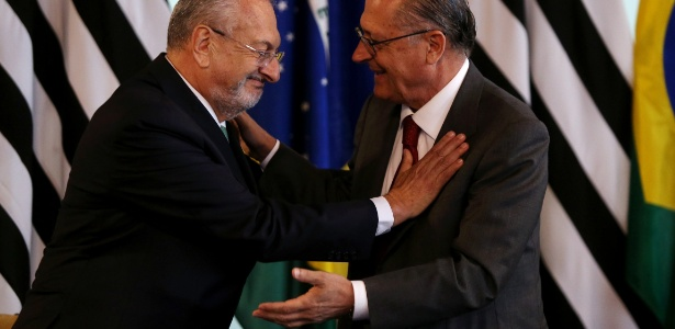 Governador Geraldo Alckmin (dir.) em posse do secretário estadual da Educação José Renato Nalini (esq.)