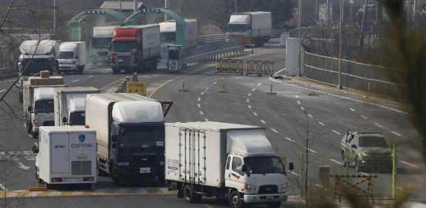 Veículos sul-coreanos deixam o complexo de Kaesong após o governo de Seul decidir repatriar seus cidadãos que trabalham no local