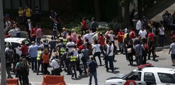 Manifestantes a favor e contra Lula entram em confronto na avenida Washington Luís