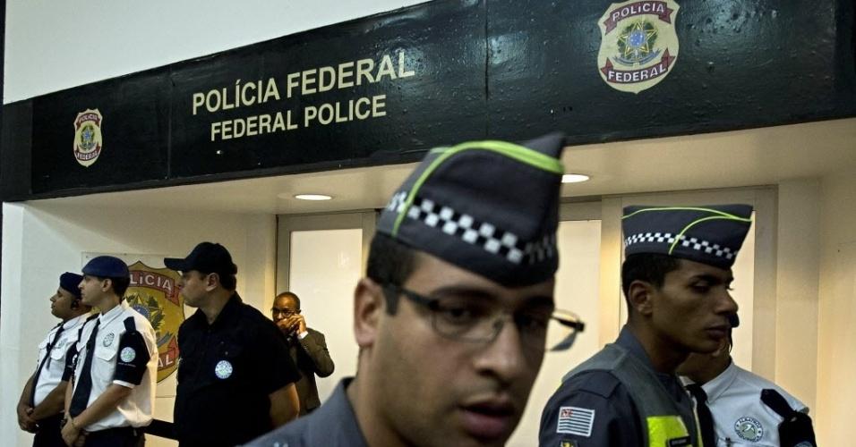 4.mar.2016 - O depoimento do ex-presidente Luiz Inácio Lula da Silva (PT) à Polícia Federal no Aeroporto de Congonhas foi cercado de proteção de policiais. O local ficou cercado de manifestantes pró e contra o ex-presidente e houve registro de confusão. Lula é investigado na 24ª fase da Operação Lava Jato