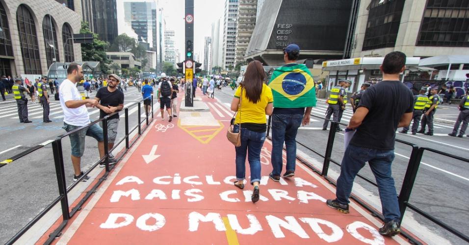 18.mar.2016 - Foto registrada na tarde da quinta-feira (17) mostra manifestantes anti-Dilma caminhando na ciclovia da avenida Paulista, que foi vandalizada com a pichação