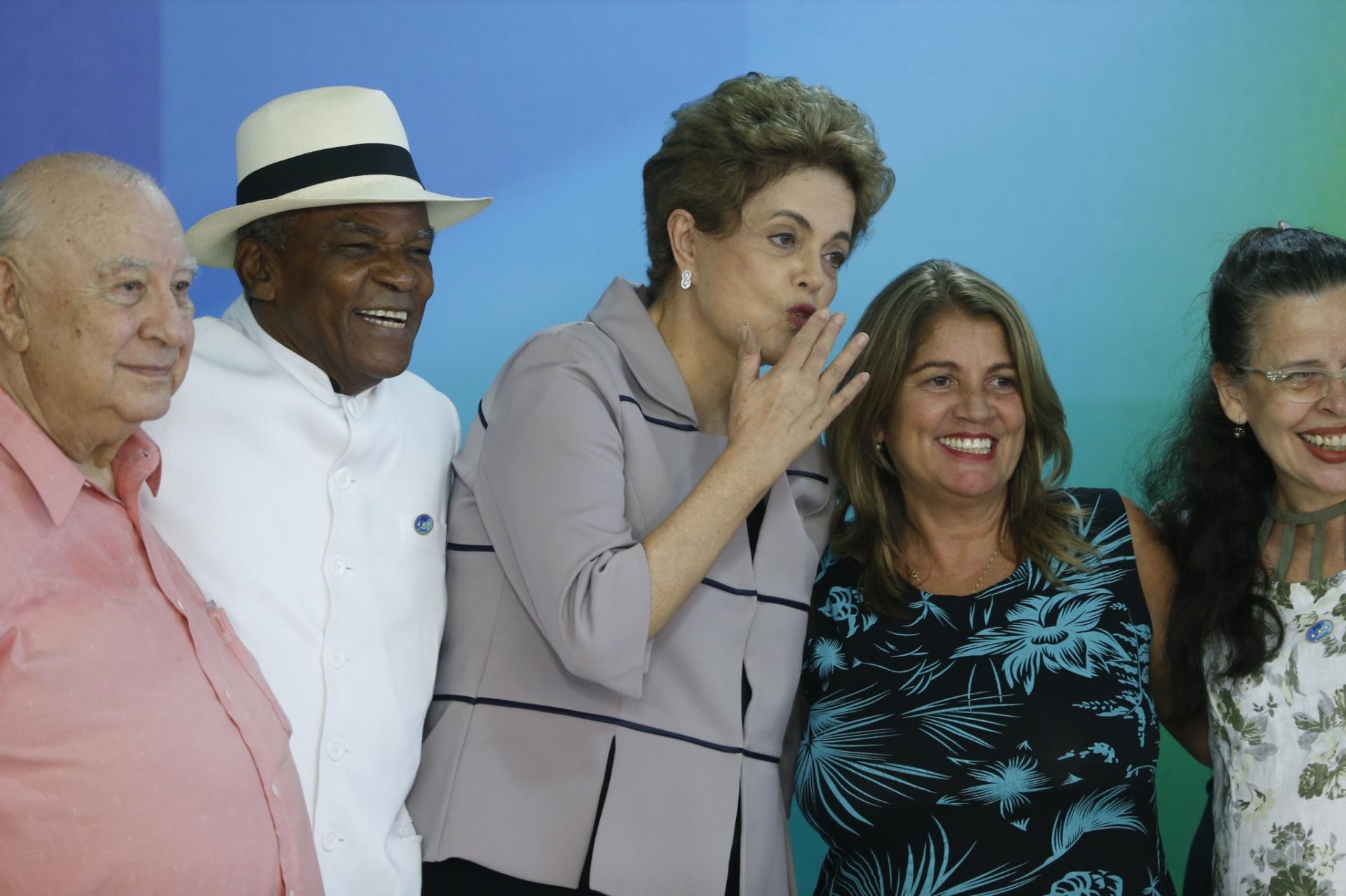 31.mar.2016 - A presidente Dilma Rousseff recebeu artistas e intelectuais no Palácio do Planalto, em Brasília, para um encontro em defesa da democracia. Escritores, cantores, médicos e atores, inclusive o norte-americano Danny Glover, que participou via vídeo, foram convidados pelo governo. Alguns, como a atriz Letícia Sabatella, não chegaram a defender a atuação política da presidente, mas deixaram claro que são contra o impeachment