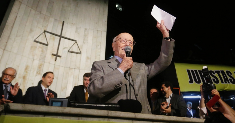 4.abr.2016 - O jurista Hélio Bicudo faz discurso em ato na Faculdade do Largo do São Francisco, região central de São Paulo, em defesa do judiciário, do juiz Sérgio Moro e a favor do impeachment da presidente Dilma Rousseff