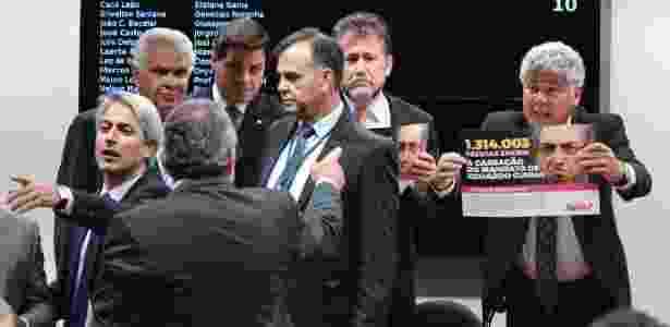 Deputados mostram cartazes da Avaaz, que entregou 1,3 milhão de assinaturas pedindo a cassação de Eduardo Cunha (PMDB-RJ). Houve bate-boca entre deputados - Ricardo Botelho/Brazil Photo Press/Estadão Conteúdo