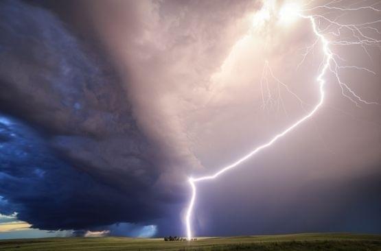 24.mai.2016 - Korosec passou cinco semanas viajando por Texas, Oklahoma, Kansas, Colorado, Nebraska, Dakota do Sul e Montana apenas perseguindo tornados para fazer esses registro