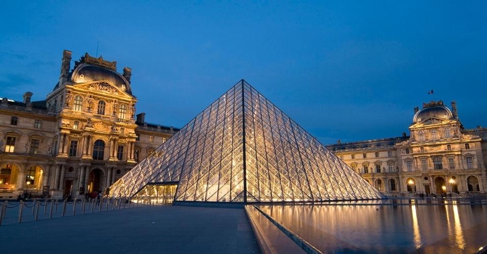 8.jun.2016  -Vista da pirâmide do Louvre ao anoitecer. O aumento do nível do Sena obrigou a relocação de várias obras no museu mais importante de Paris