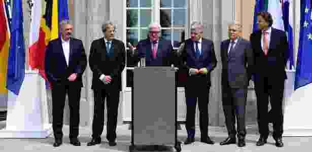 Da esquerda para a direita, os ministros das Relações Exteriores Jean Asselborn (Luxemburgo), Paolo Gentiloni (Itália), Frank-Walter Steinmeier (Alemanha), Didier Reynders (Bélgica), Jean-Marc Ayrault (França) e Bert Koenders  (Holanda) dão coletiva em Villa Borsig, em Berlim, na Alemanha, sobre a saída do Reino Unido da União Europeia - John Macdougall/AFP