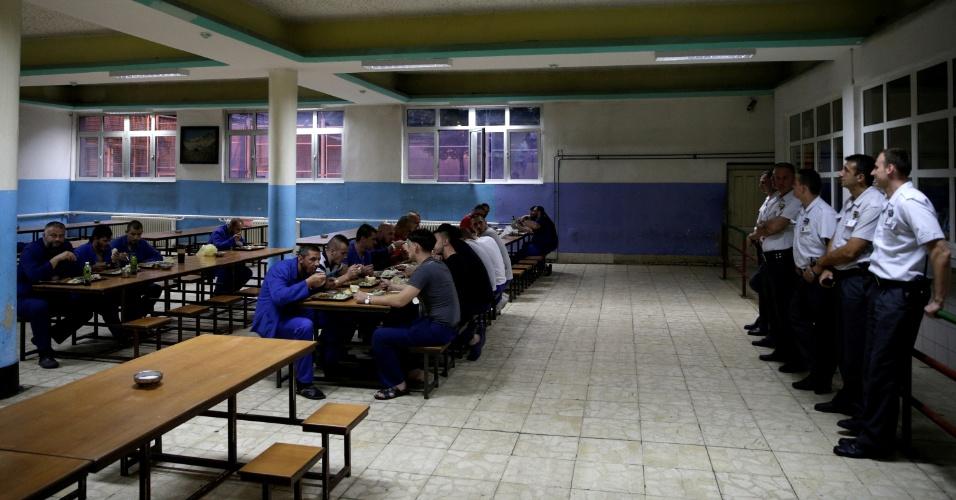 4.jul.2016 - Prisioneiros bósnios comem o iftar dentro da maior prisão do país, em Zenica, Bósnia-Herzegovina