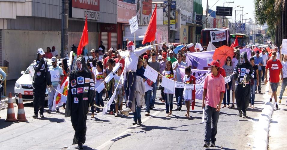 31.jul.2016 - Em Goiânia, grupo protesta contra o presidente interino Michel Temer (PMDB) e a favor da presidente Dilma (PT). O ato percorreu as ruas do centro da cidade