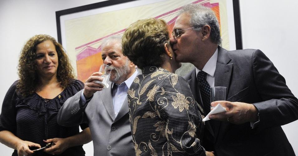 29.ago.2016 - O presidente do Senado, Renan Calheiros (PMDB-AL), cumprimenta a presidente afastada, Dilma Rousseff, antes da sessão do julgamento do impeachment em que ela vai responder perguntas dos senadores