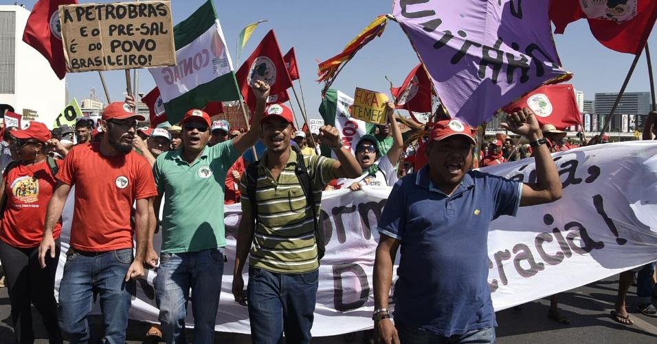 7.set.2016 - Manifestantes marcham segurando cartazes durante protesto contra o governo Temer em Brasilia