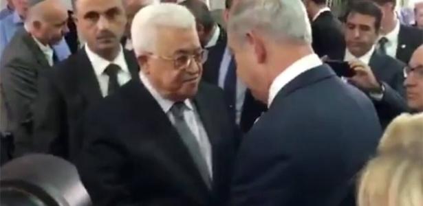 30.set.2016 - O primeiro-ministro israelense, Benjamin Netanyahu, e o presidente palestino, Mahmud Abbas, apertaram as mãos antes do funeral do ex-presidente israelense Shimon Peres, em Jerusalém