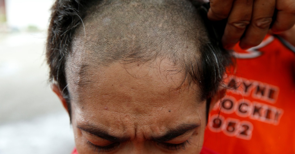 11.out.2016 - Usuário de drogas recém-admitido em centro de reabilitação tem a cabeça raspada, na província de Pampanga, Filipinas