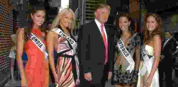 A Miss Finlândia (segunda à esquerda), Ninni Laaksonen, ao lado de Donald Trump, em foto do evento Miss Universo - Reprodução/Twitter
