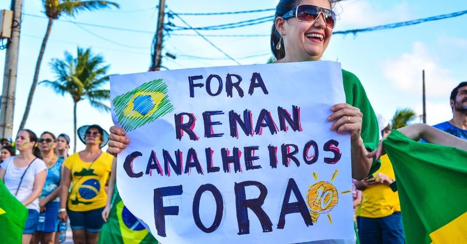 4.dez.2016 - Manifestantes fazem protesto a favor da Lava Jato no Busto de Tamandaré, na Praia do Cabo Branco, em João Pessoa, na Paraíba