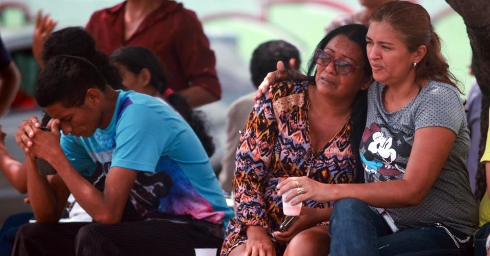 2.jan.2017 - Familiares esperam notícias em frente ao IML (Instituto de Medicina Legal), em Manaus, de vítimas da rebelião no Compaj (Complexo Penitenciário Anísio Jobim