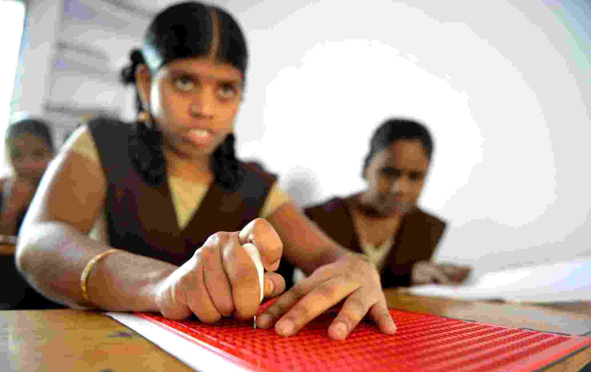 4.jan.2017 - Alunas com deficiência visual leem e escrevem utitlizando o sistema braille em um colégio na cidade de Hyderabad, na Índia, no dia em que o inventor francês Louis Braille completaria 208 anos. A Índia tem cerca de um terço do total de deficientes visuais no mundo - AFP Photo/Noah Seelam