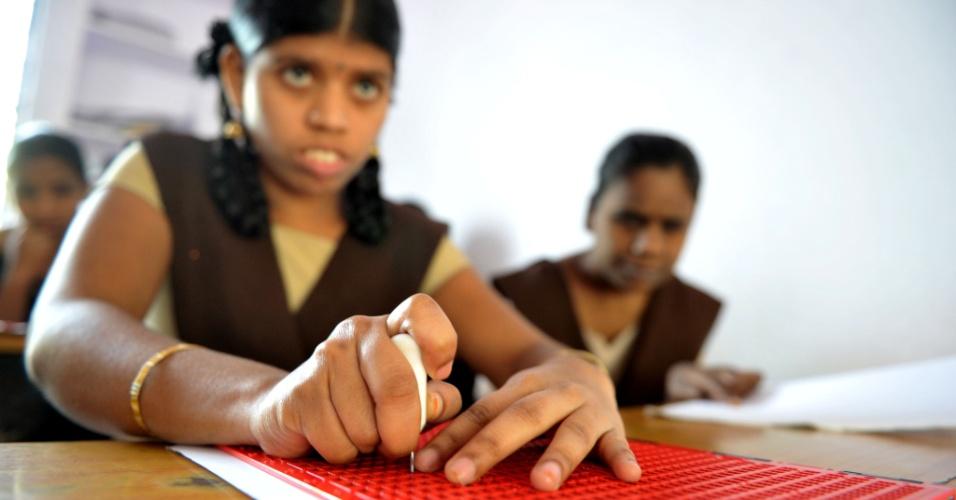 4.jan.2017 - Alunas com deficiência visual leem e escrevem utitlizando o sistema braille em um colégio na cidade de Hyderabad, na Índia, no dia em que o inventor francês Louis Braille completaria 208 anos. A Índia tem cerca de um terço do total de deficientes visuais no mundo
